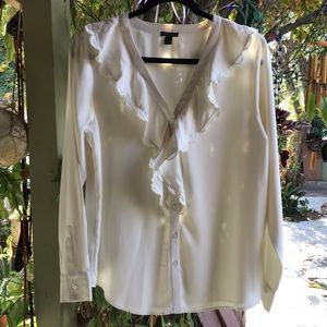 Beautiful off-white ruffled Ann Taylor blouse 🍸